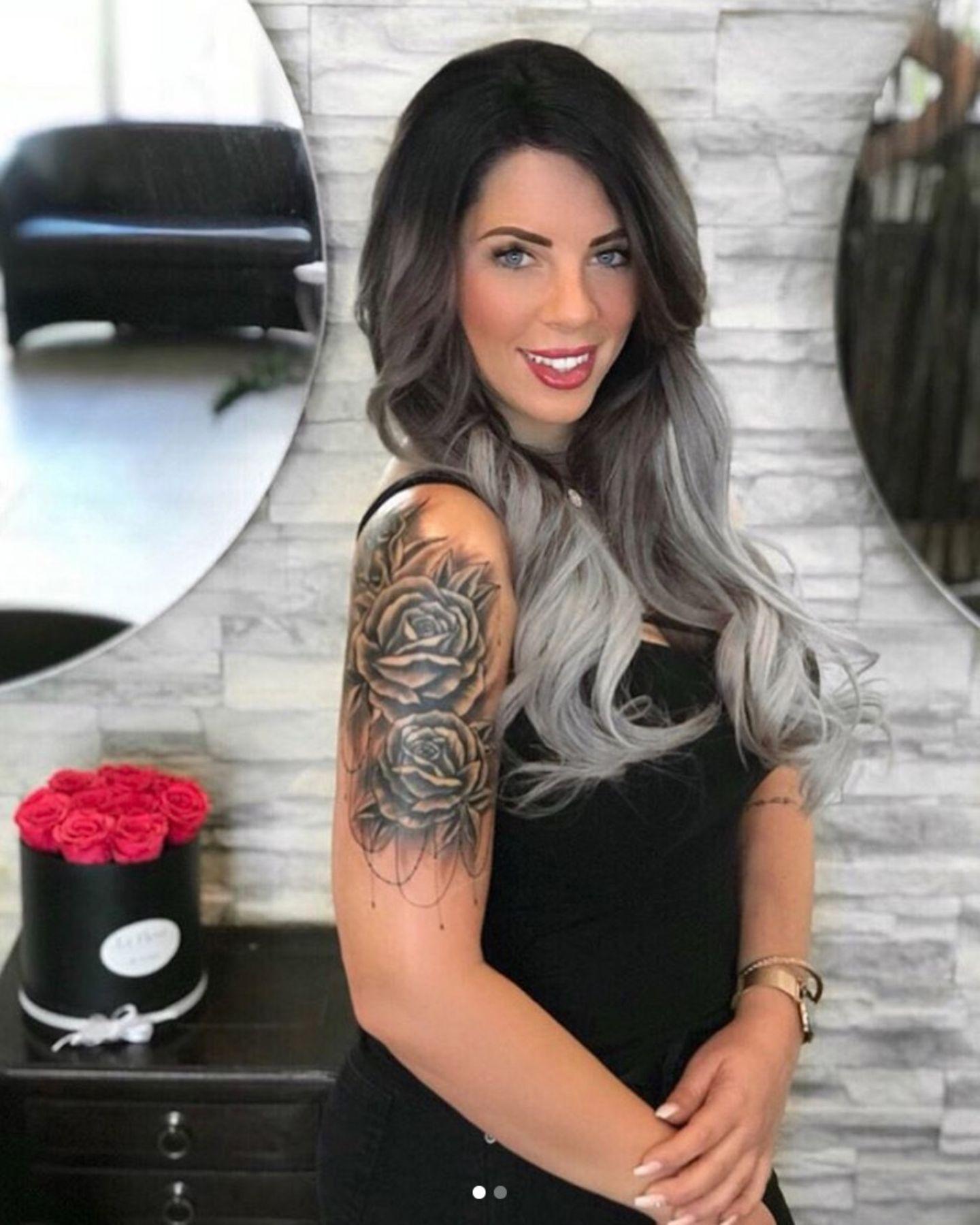 """""""Mein Körper ist mein Tagebuch und meine Tattoos meine Geschichte"""", schreibt Jenny Frankhauser auf Englisch zu diesem Foto von ihren neuen Tattoos. Mehrere Rosen zieren jetzt den Oberarm der 25-Jährigen."""