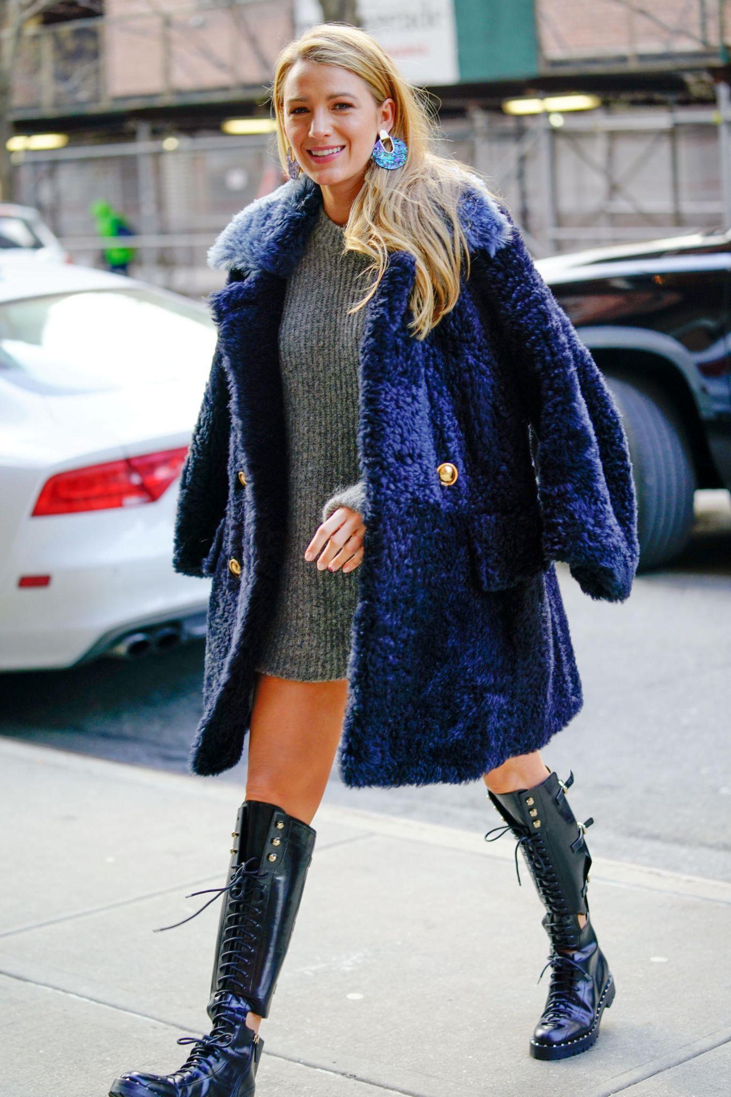 In letzter Zeit setzte die strahlende Frau von Ryan Reynolds immer wieder auf weite Strickkleider und dicke Jacken um den Blick auf ihre Körpermitte zu verschleiern. In einem XXL-Strickkleid von Haider Ackermann und coolen, schwarzen Boots von Valentino schafft sie es dennoch modisch auszusehen. Den kuscheligen Mantel von Burberry wirft Blake Lively sich lässig über die Schultern.