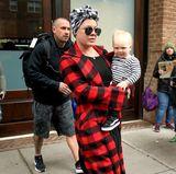 4. April 2018  Dicht gefolgt von Papa Carey Hart, wird Sohnemann Jameson Moon von Mama Pink durch die Straßen New Yorks getragen.