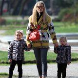 Für einen Spaziergang durch den Park packt Michelle Hunziker sich und ihre Töchter trotz Sonnenschein warm ein. Michelle trägt einen gemusterten Cardigan mit Fransen, eine Jeans und bequeme Leder-Sneaker. Dazu kombiniert sie eine knallrote Crossbody-Bag und eine verspiegelte Sonnenbrille. Der eigentliche Hingucker sind jedoch ihre Töchter...