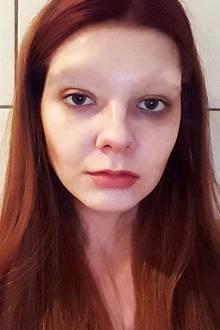 """Auf Instagram schockt GNTM-Favoritin Klaudia mit K mit diesem Selfie. Ihr Markenzeichen, die buschigen Augenbrauen, sind verschwunden: """"Ich habe heute eine Wette verloren und musste mir meine Augenbrauen abrasieren"""", schreibt sie dazu. Wenig später klärt sie jedoch auf, dass es sich dabei nur um einen Aprilscherz handelte."""