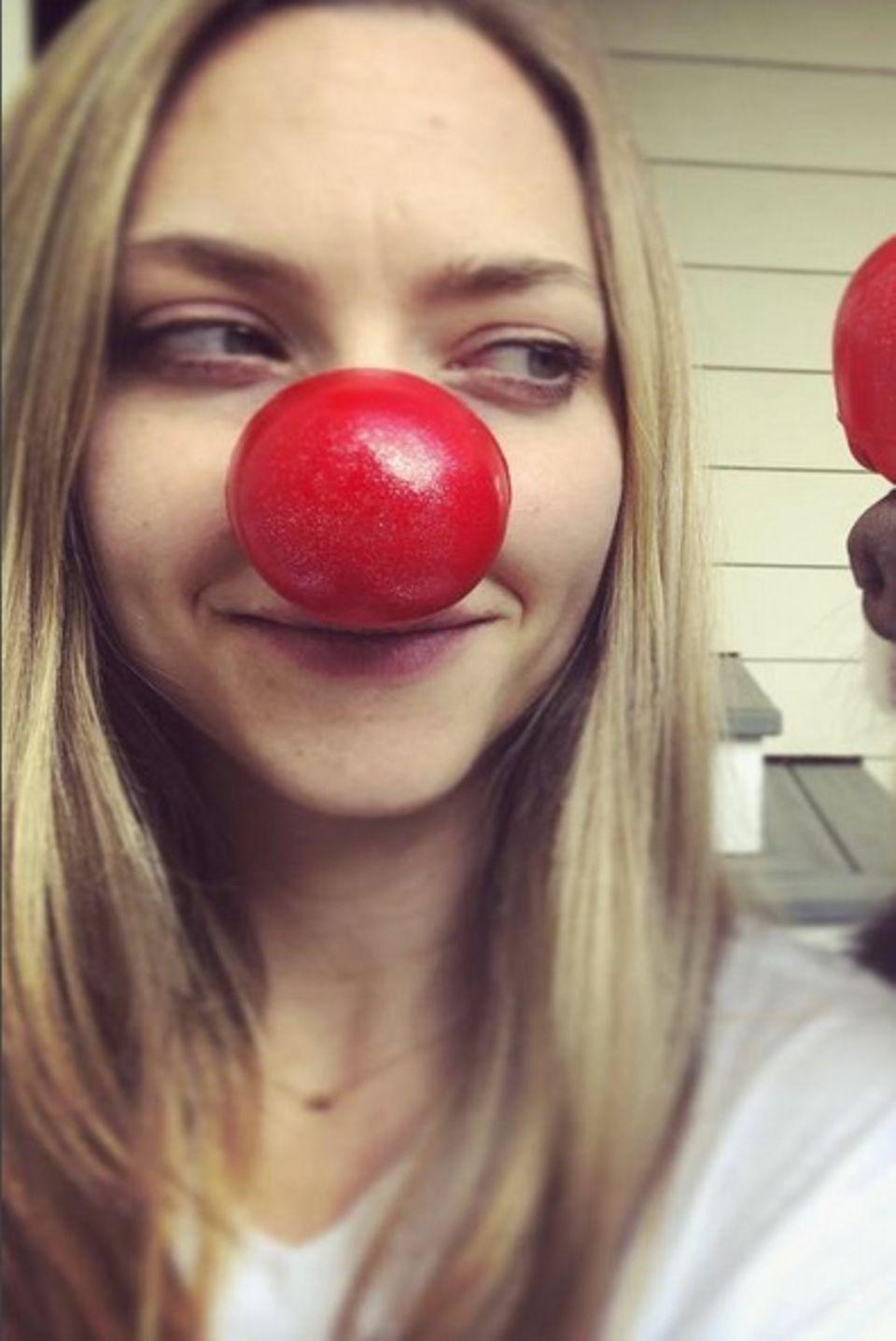 """Rote Nasen zum guten Zweck. Amanda Seyfried und ihr treuer Begleiter Finn posieren anlässlich des amerikanischen """"Rednosedays"""" für ihre Instagram-Fans."""