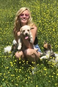 Ach wie herrlich, da kommt doch direkt ein Sommerfeeling auf. Georgia May Jagger genießt mit ihren Hunden Dr Pepper und Gizmo den schönen Frühlingstag.