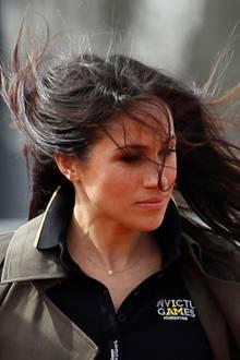 """Wildes Spiel: Meghans Haare wehen ihr über das Gesicht beim Besuch der """"Invictus Games""""-Athleten."""
