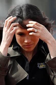 """Tja, auch bei der sonst so perfekten Meghan Markle sorgt der Wind für haarige Turbulenzen. Beim gemeinsamen Besuch mit Prinz Harry bei Athleten der """"Invictus Games"""" in der University of Bath hatte sie sehr zu kämpfen ..."""