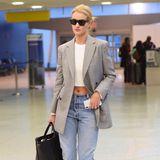 Am Flughafen in New York zieht Rosie Huntington-Whiteley alle Blicke auf sich! Vor allem ihr super flacher Bauch kann sich sehen lassen. Das Crop-Top verleiht dem sonst eher klassischen Look einen coolen Bruch.
