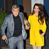 Zum Dinner-Date mit Ehemann George hat sich Amal abends dann für knalliges Gelb entschieden. Den Kurzmantel kombiniert sie mit beigefarbenen Wildleder-Overknees