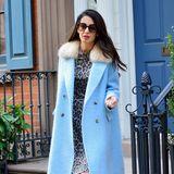 Bei Frau Clooney ist der Fashion-Frühling ausgebrochen! Beim morgendlichen Verlassen ihres Hauses in New York leuchtet die Anwältin in schönstem Babyblau. Ein echter Blickfang, aber unter Amals Wollmantel versteckt sich noch ein Hingucker.