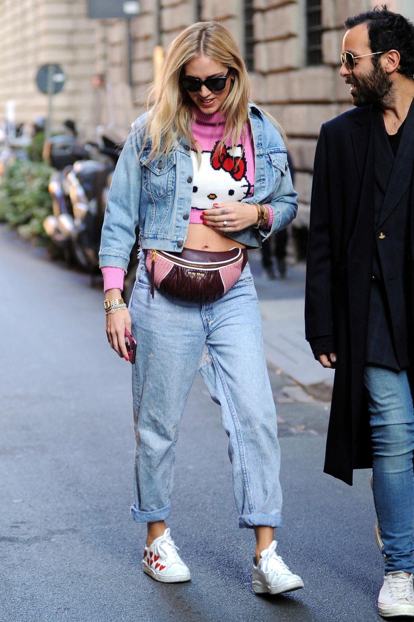 Mode-Bloggerin Chiara Ferragni schnallt sich eine Tasche um, die farblich bestens zu ihrem Pullover passt.