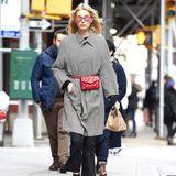 Farblicher Akzent: Model Elsa Hosk rückt die Gürteltasche in den Mittelpunkt ihres Outfits und stimmt sie zu ihrer Sonnenbrille ab.