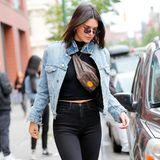 Kendall Jenner trägt ihre Fanny Pack besonders lässig um die Schultern. Eben wie ein richtiges 90's-Girl.