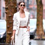 Lily Aldridge nutzt ihr komplett weißes Outfit als eine Art Leinwand für ihre cognacfarbenen Accessoires und sieht einfach super aus.