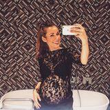 Verführerische Spitze wirkt auch bei kugelrunden Babybäuchen. Das zeigt Annie mit diesem Spiegel-Selfie.