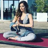 Namaste! Cathy Hummels genießt die Sonnenstrahlen auf der Terrasse beim Yoga-Training und bedankt sich bei ihrer Lehrerin Flora Fink mit diesem entspannten Schnappschuss.