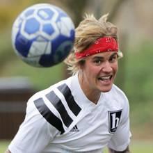 7. April 2018  Justin Bieber stellt bei seinem wöchentlichen Fußballspiel seine sportliche Kondition unter Beweis, und macht bei seiner Jagd auf den Ball auch den passend kampfeslustigen Gesichtsausdruck.