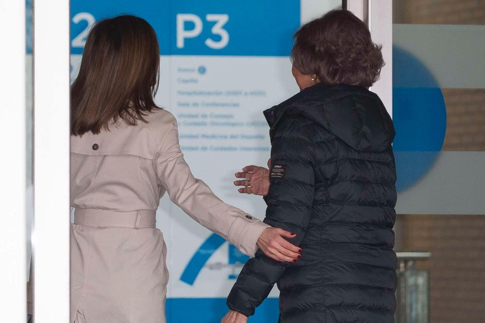 Königin Letizia hält ihrer Schwiegermutter Sofia freundlich die Tür auf.