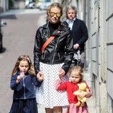 Stylisches Trio: Bei einem Spaziergang durch das italienische Bergamo glänzt nicht nur Mama Michelle Hunziker mit ihrem Look - auch ihre Töchter Sole und Celeste Trussardi kommen in hübschen Outfits daher ...