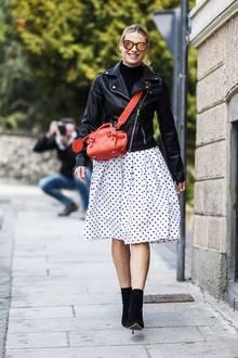 Zum weißen Rock mit schwarzen Punkten kombiniert Michelle eine rockige Lederjacke, edle Boots und als Eyecatcher eine rote Handtasche.