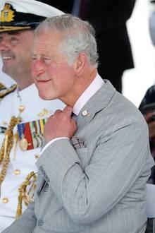 8. April 2018    Und, sitzt die Krawatte? Bei seinem Besuch der Marine in Queensland scheint dem Prinzen der Kragen etwas zu eng zu sitzen.