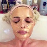 Mit einer goldfarbenen Tuchmaske im Gesicht gönnt sich Daniela Katzenberger erst mal ein heißes Bad. Gibt es nach getaner Arbeit am Abend etwas schöneres?