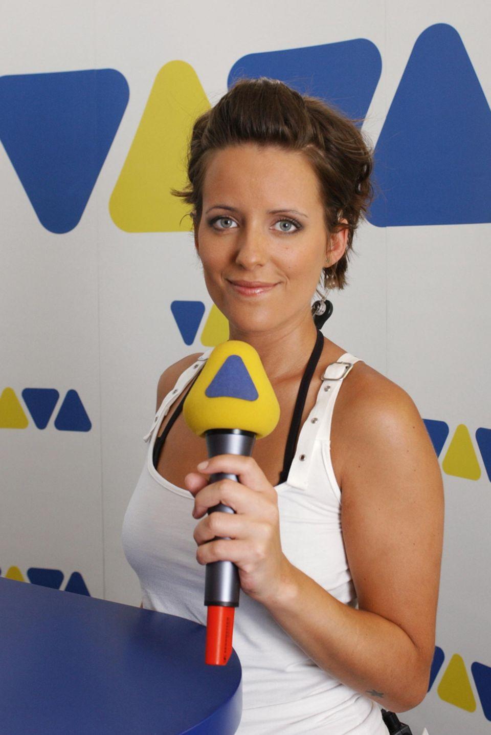 """Sarah Kuttner  Im November 2001 wird Sarah Kuttner in einem bundesweiten Casting des Musiksenders VIVA als neue Moderatorin ausgewählt. Bis 2004 moderiert sie daraufhin im Wechsel mit Gülcan Kamps die Nachmittagssendung """"Interaktiv"""" sowie verschiedene Chart- und Event-Shows im VIVA-Programm. Nach ihrer VIVA-Karriere folgen viele Moderationsjobs und eigene Shows bei dem Sender ZDF Neo."""