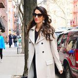 Die XXL-Sonnenbrille und die tropfenförmigen Ohrringe von Pomellato verleihen dem Look das gewisse, glamouröse Etwas. Ihre dunklen Haare trägt sie in lockeren Wellen.