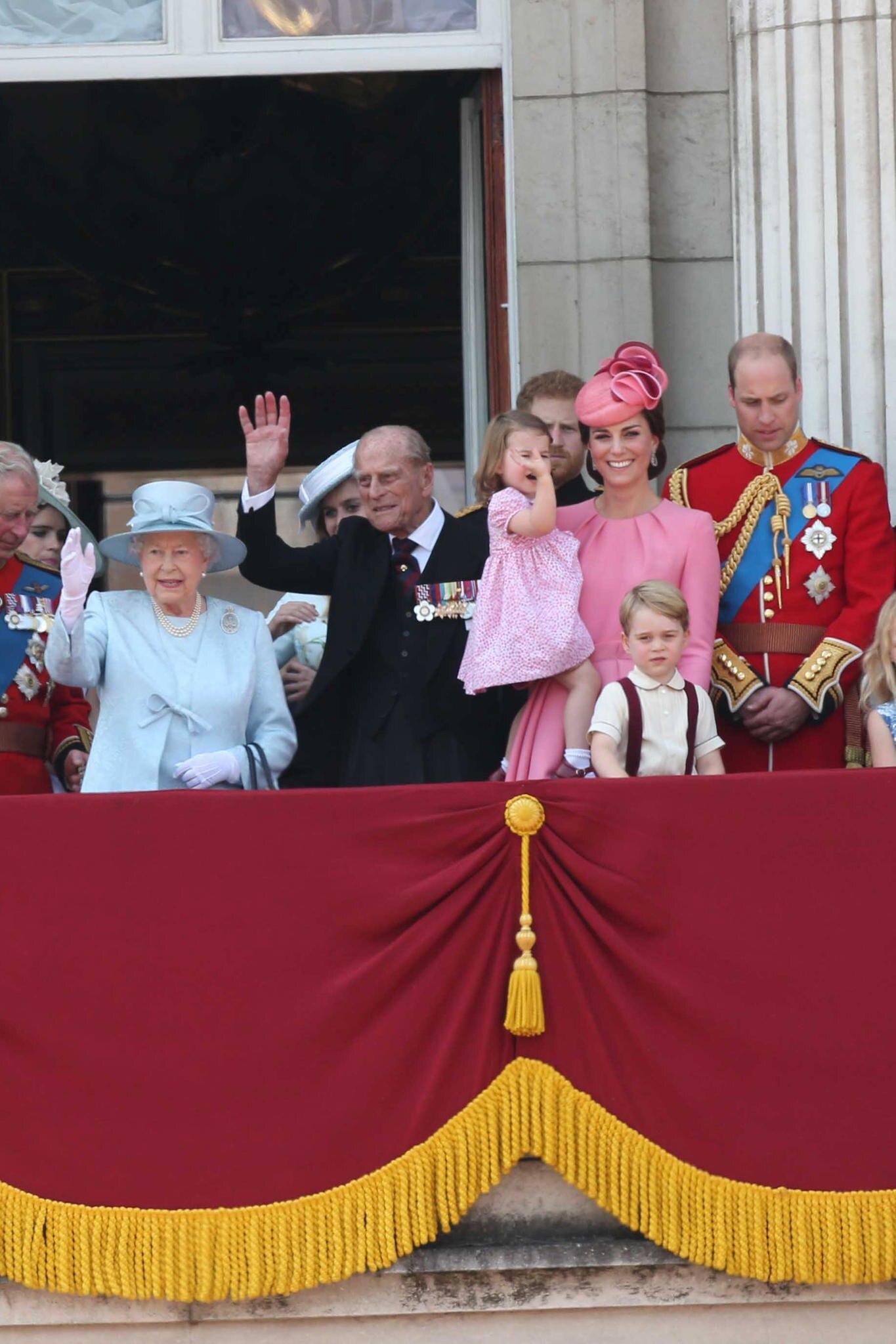Die britischen Royals (v.l.n.r.): Die Queen, Prinz Philip, Prinzessin Charlotte auf dem Arm von Herzogin Catherine, Prinz William und Prinz George (vorne)