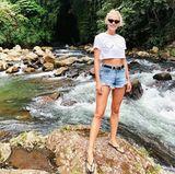 Auf der Suche nach der perfekten Location um ihre neue Bikini-Kollektion zu shooten, pausiert Lena Gercke für einen Moment und posiert für diesen witzigen Schnappschuss in einem Shirt mit aufgemalten Brüsten.