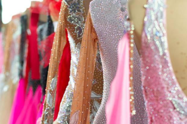 Pailletten, Glitzer und Glamour gehören bei Tanzkleidern einfach dazu.