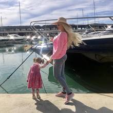 29. März 2018  Familienausflug zum Hafen von Mallorca. Mama Daniela und Töchterchen Sophia zeigen sich im pinken Partnerlook.