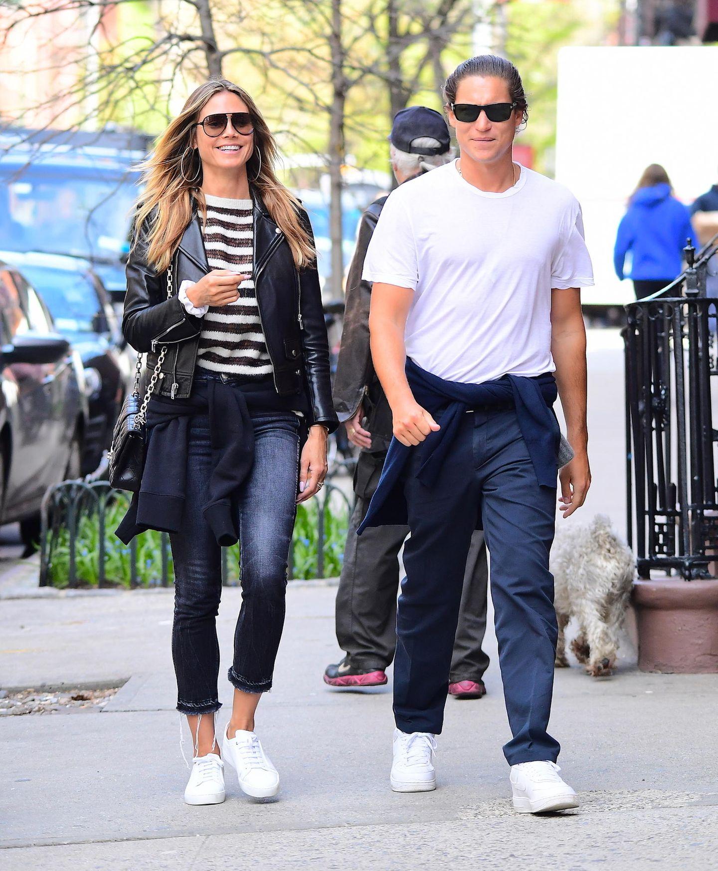 Gut gelaunt und leger gekleidet spazieren Heidi Klum und Vito Schnabel durch die Straßen New Yorks. In Jeans, T-Shirt und schwarzer Lederjacke zeigt sich Heidi locker und sportlich. Das ist nach der Trennung von Vito Schnabel im September 2017 nicht mehr so...