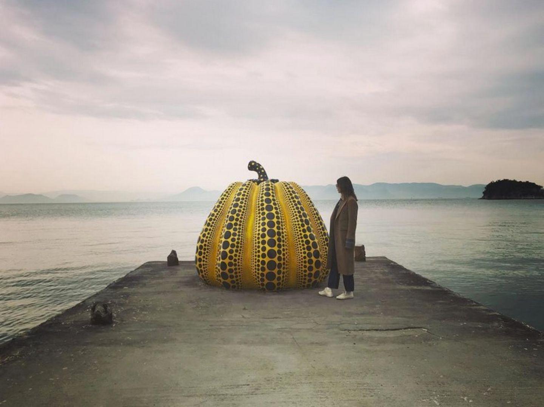 11. April 2018  Ein riesengroßer Kürbis mitten auf einem einsamen Bootssteg? Im japanischen Naoshima ist das möglich. Alexa Chung nutzt den Kürbis gleich als Accessoire für einen Instagram-Post.