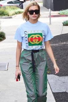 Na logo ist das cool! Hailey Baldwin im Gucci-Print-T-Shirt, das sie zur lässigen Oversize-Hose kombiniert