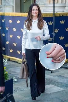 """Ihren schlichten Business-Look peppt Prinzessin Sofia beim """"Global Child Forum"""" mit knallroten Fingernägeln auf. Das hätten Kate und Meghan nicht gedurft. Schließlich ist bei den britischen Royals farbiger Lack verboten. In Schweden besteht diese Regel allerdings nicht."""