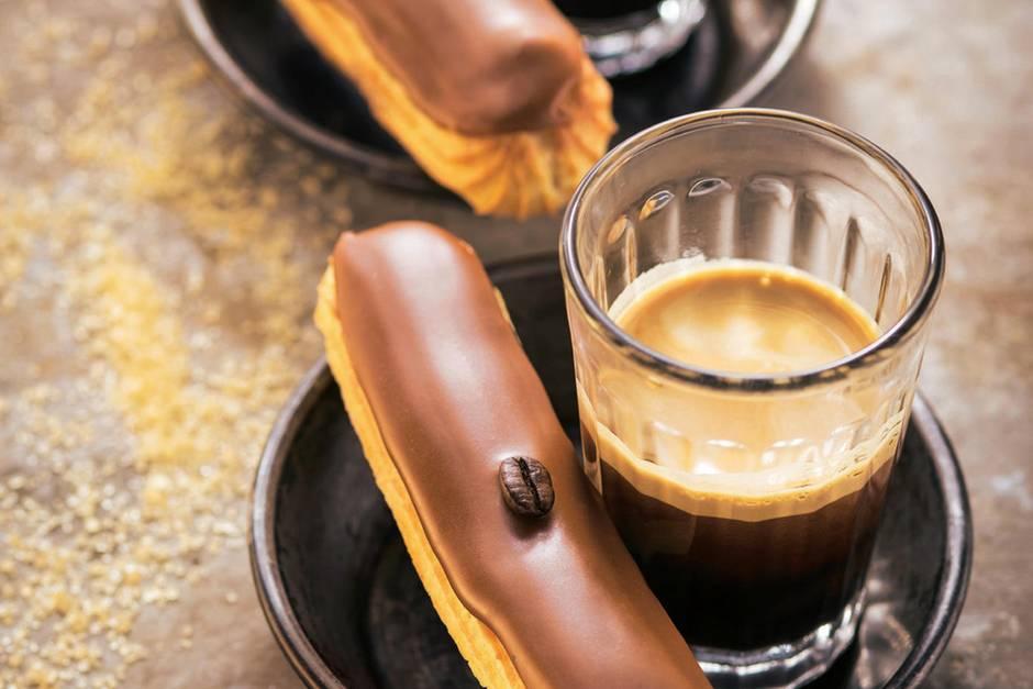 Eclair au Café