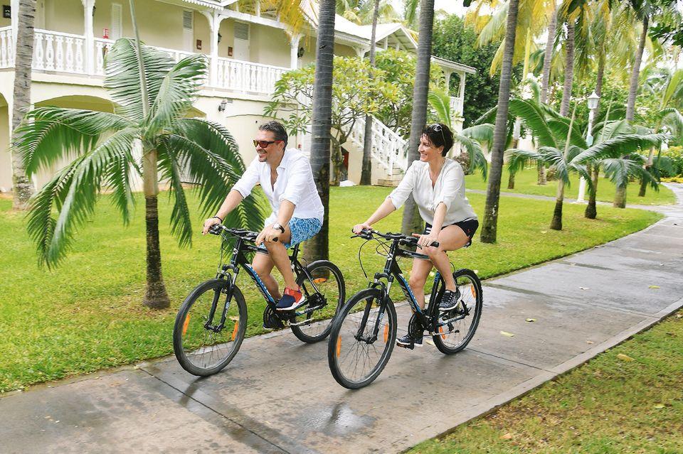 """Strandspaziergänge, Radtouren und Küsse im Meer – langweilig wird Hardy und Alice Krüger auf Mauritius nicht. Nach zwei Tagen im """"Cinq Mondes Spa & Wellness Retreat"""" an der wilden Ostküste der Insel zog das Paar weiter ins """"La Pirogue"""""""