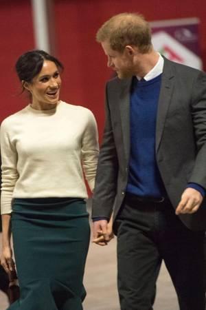 Meghan Markle und Prinz Harry können selbst bei offiziellen Terminen nicht die Finger voneinander lassen.