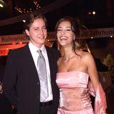 Frisch verliebt zeigt sich Verona, im Jahr 2000 noch Feldbusch, mit ihrem Freund Franjo Pooth. Ob sie das transparente Satin-Kleid auch heute noch tragen würde?