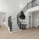 Hereinspaziert! Der Eingangsbereich des luxuriösen Hauses ist einem klaren Weiß gehalten. Die schwarzen Akzente verleihen dem Flurbereich einen edlen Touch.