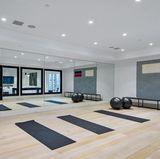 Ein Fitnessstudio? Nein, dass ist Ben Afflecks zukünftiger Sportpalast. Der Raum scheint so groß, dass eine ganz Fußballmannschaft in ihm trainieren könnte.