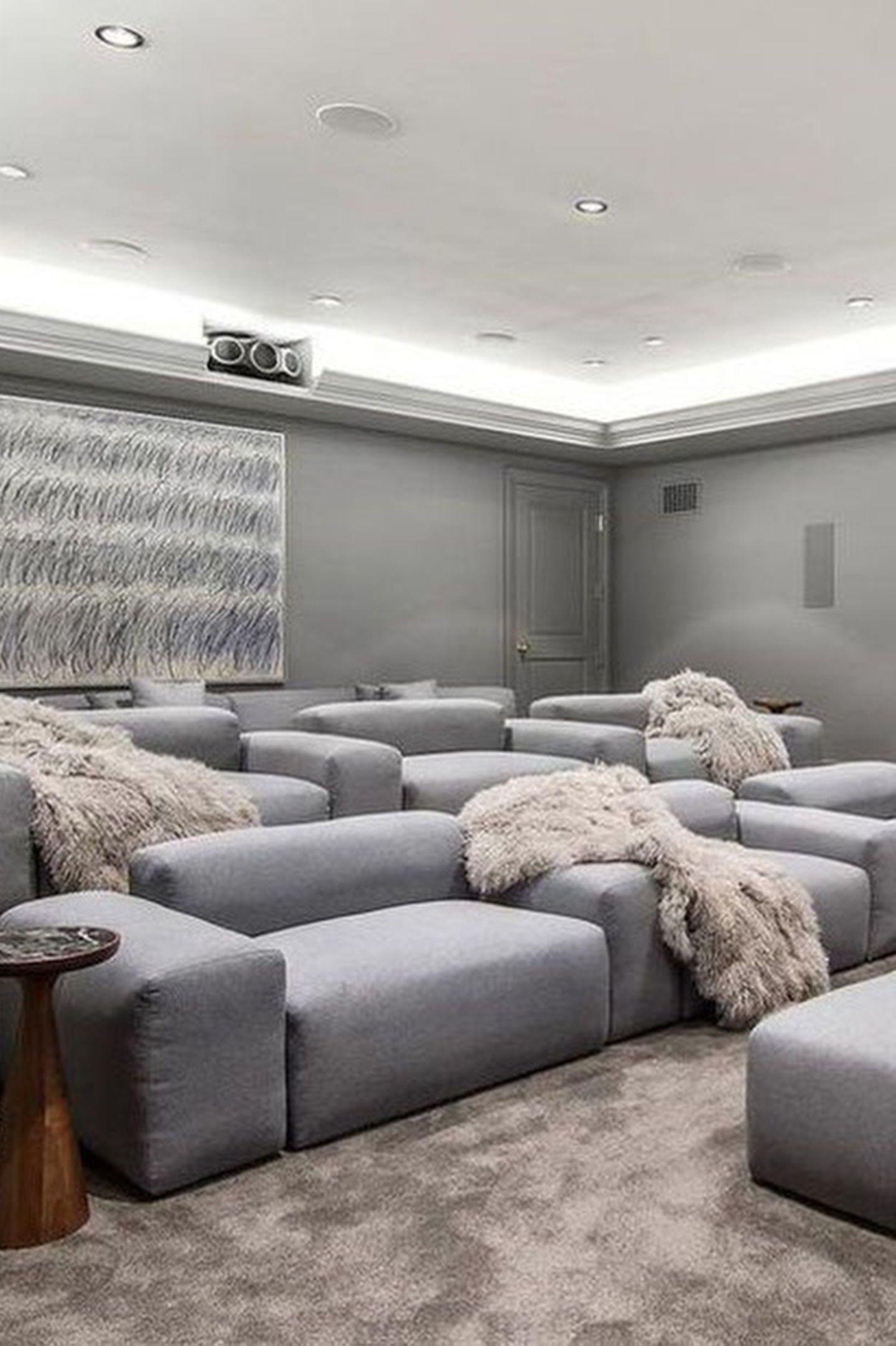 Ein Kinobesuch am Sonntag? Klar, in Bens neuem Heimkino ist es jetzt möglich. Die Räumlichkeit bietet genügen Platz für einen schönen Filmabend. Grautöne dominieren in Kombination mit gemütlichen Elementen in Cremetönen.