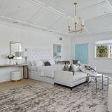 Dieses Schlafzimmer lädt zum Träumen ein. Ein kuschelige Oase in klarem Weiß mit türkisen Akzenten.
