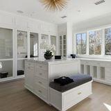 Das Ankleidezimmer des Hauses bietet genügend Platz die teuren Designer-Anzüge und Kleidung unterzubringen.