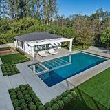 Der Garten des Hauses verfügt über einen goßen Pool mit einer überdachten Terrasse zum Sonnen. Besonders schön ist die großzügige Terrasse mit Grill-Anlage und vielen, gemütlichen Sitzgelegenheiten.