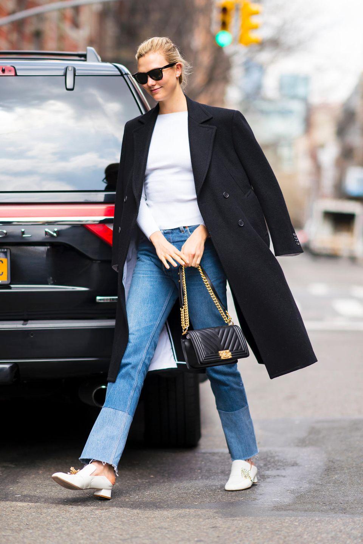 Der lässig über die Schultern geworfene Mantel macht aus dem sportlichen Jeans-Look von Topmodel Karlie Kloss ein stylisches Frühjahrsoutfits.