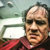 """Dass sich Tom Hardy für seine Rollen gerne mal einer optischen oder stimmlichen Verwandlung unterzieht, ist kein Geheimnis. Für Josh Tranks Gangster-Streifen """"Fonzo"""" gibt sich der Schauspieler nun erneut täglich einige Stunden der Maske hin, um den berühmt-berüchtigten Mafiaboss Al Capone zu verkörpern. So rasiert sich der Schauspieler für die Rolle den Kopf und trägt nun eine strähnige Perücke sowie einige Schichten Make-up, um seine Gesichtszüge in die des in die Jahre gekommenen Gangsters zu verwandeln. Tom Hardy ist dabei kaum wiederzuerkennen:"""