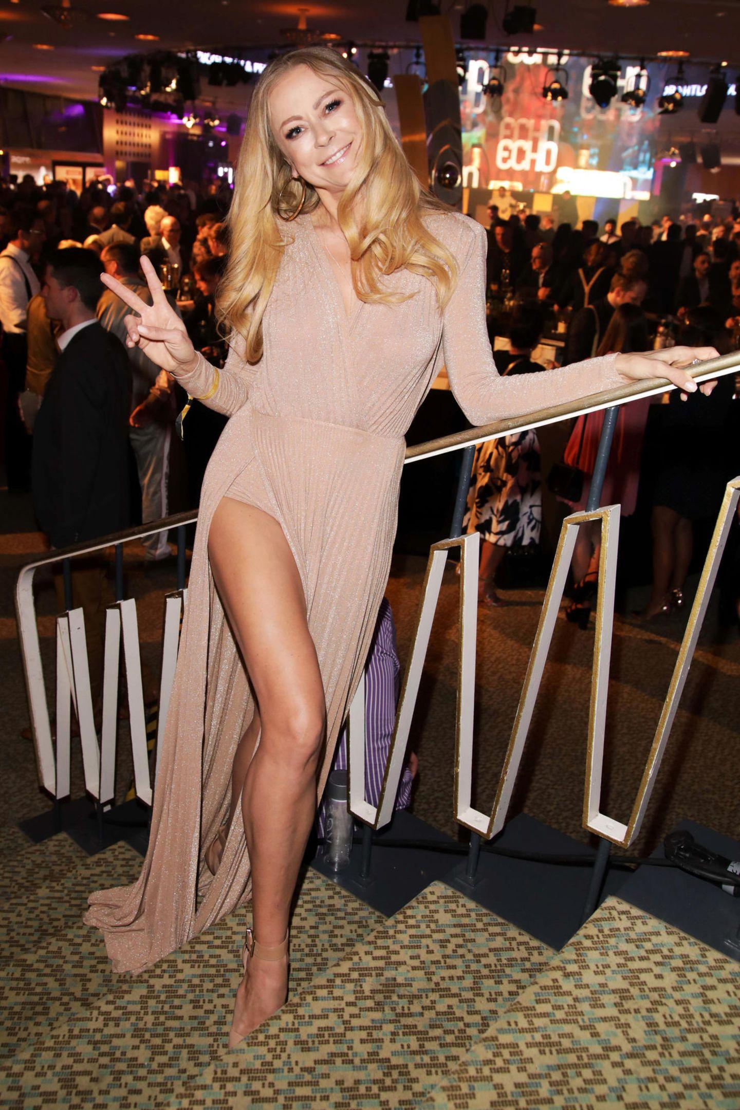 Jenny Elvers macht im nudefarbenen Glamour-Look von Elisabetta Franchi bei der Echo-Aftershowparty eine tolle Figur.