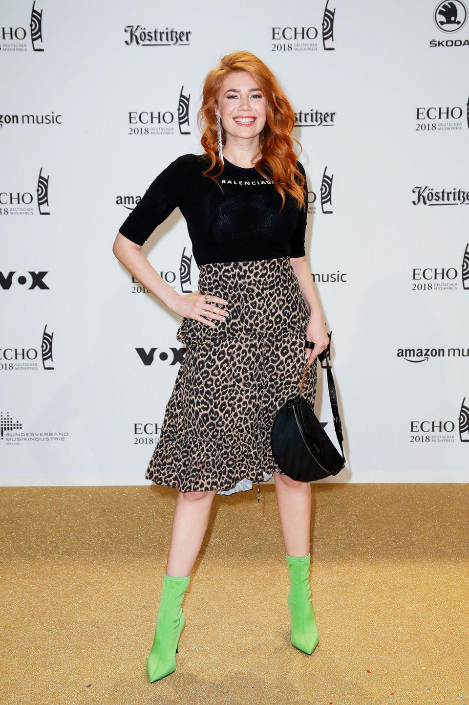 Im Balenciaga-Shirt mit Leo-Print Rock und grünen Leder-Boots hält sich Palina Rojinski für ihre Style-Verhältnisse schon fast zurück.
