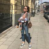 Ein weiterer Sonnentag, ein weiterer Spaziergang mit Söhnchen Ludwig. Zu Jeans, Platea-Sneakers und grauem Pullover kombiniert Cathy auffällige Accessoires: Ihre XL-Sonnenbrille versteckt eventuelle Augenringe und die It-Bag von Fendi lenkt sowieso alle Blicke auf sich.