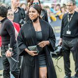 """""""Let's Dance""""-Star Motsi Mabuse verdeckt ihr grau-schwarzes Mini-Kleid und damit auch ihren Babybauch zu Beginn der Echo-Verleihung noch mit einem schwarzen Mantel."""